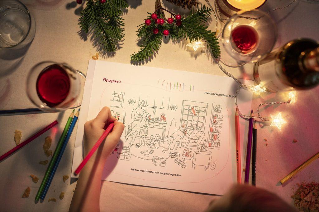 Barnehender som fargelegger tegning av julaften med alkoholenheter