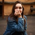 En tenåriongsjente sitter og tenker