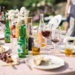 Bilde av et bord fullt av drikkevarer ute i sommervarmen