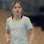 Bilde av ei jente med møkkete flekk på t-skjorta si