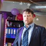 Bilde av en mann på firmafest