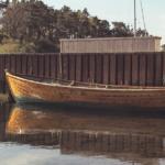 Bilde av en båt ved en brygge