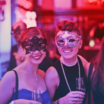 Bilde av to damer på maskeradeball