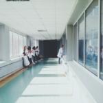 Bilde av sykepleiere i gangene på et sykehus