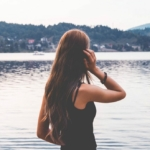 Bilde av ryggen til en dame som kikker utover sjøen