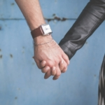 Bilde av to hender som leier