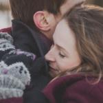 Bilde av et kjærestepar som klemmer