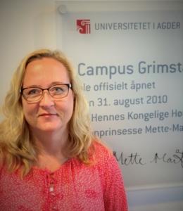 Bilde av Siri Håvås Haugland som ser inn i kamera