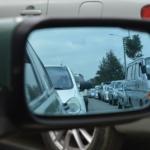 Bilde av refleksjon i sidespeilet på en bil