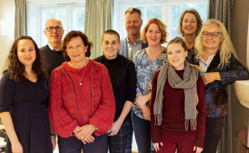 Bildet viser 9 personer som utgjør styret i Av-og-til.