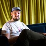 Sommelier Alexander Jones som sitter i sofa og smiler
