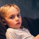 Bilde av gutt som ser i kamera