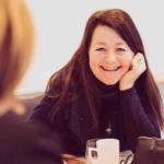 En kvinne smiler på Av-og-tils energikonferanse