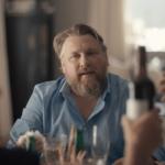 En mann med lyst hår og skjegg ser nølende ut.